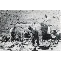 A Leloaleng, construction d'un four à briques
