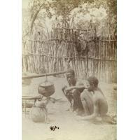 A Leshoma, deux marmitons qui prisent
