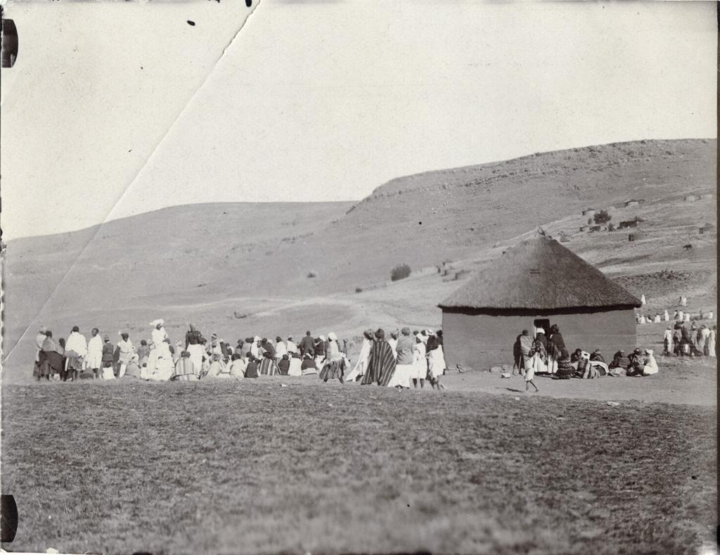 A Likholhong, le dimanche 22 août 1920, il y eut environ 800 personnes acourues de toutes les vallées pour les services religieux. Photographie prise 1/2 heure après les cultes