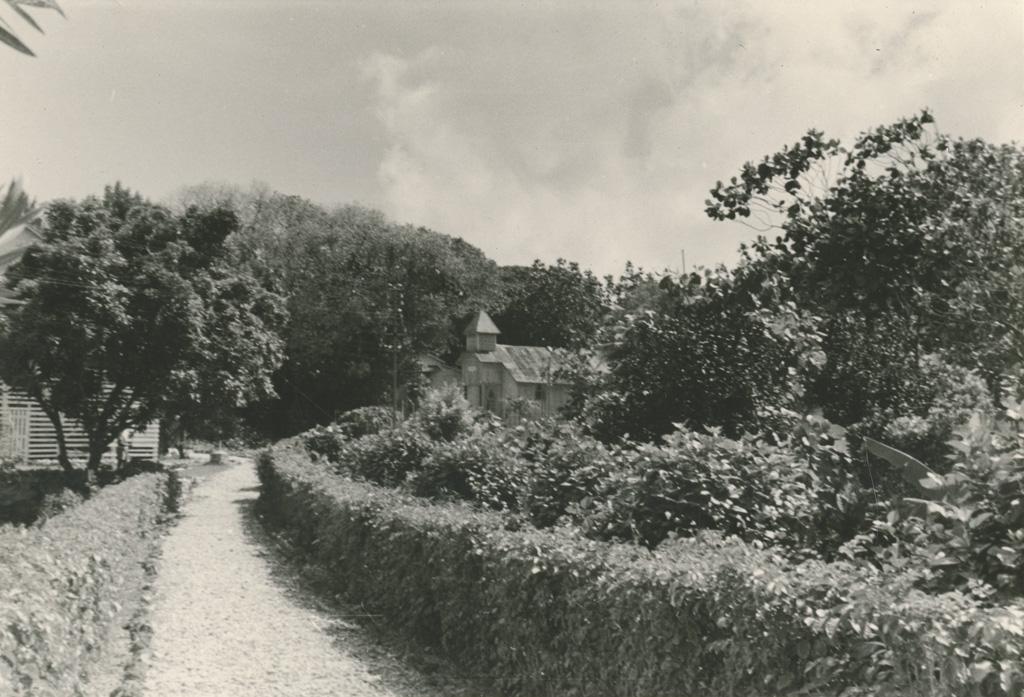A Makatea, une église au milieu de la verdure
