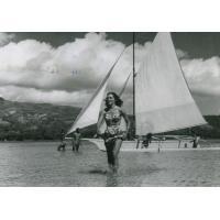 A Moorea, une jeune Tahitienne devant une pirogue