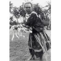 A Mou, la vieille femme qui a enseigné les vieilles danses et les mène, en l'honneur des délégués à l'assemblée