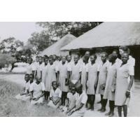 A l'internat de filles de Senanga, un dimanche matin, les élèves prêtes à se rendre au culte