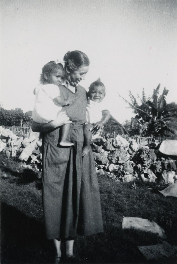 A la pouponnière, la missionnaire Melle Anker avec des enfants
