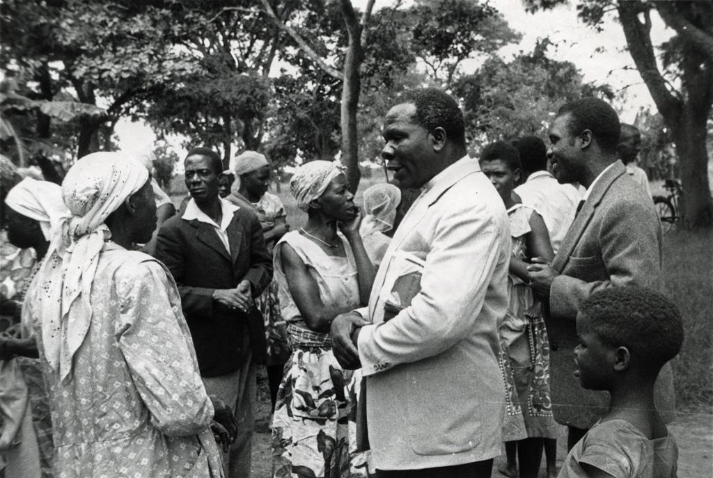 A la sortie du culte, M. Mugara s'entretient avec les membres de l'Eglise de Muchinka