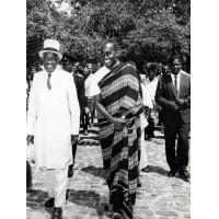 Accompagné par le président de la Zambie, le Dr Kenneth Kaunda, le chef supérieur du Barotseland, Mwanawina III, quitte son palais de Léalui pour descendre vers la Nalikwanda