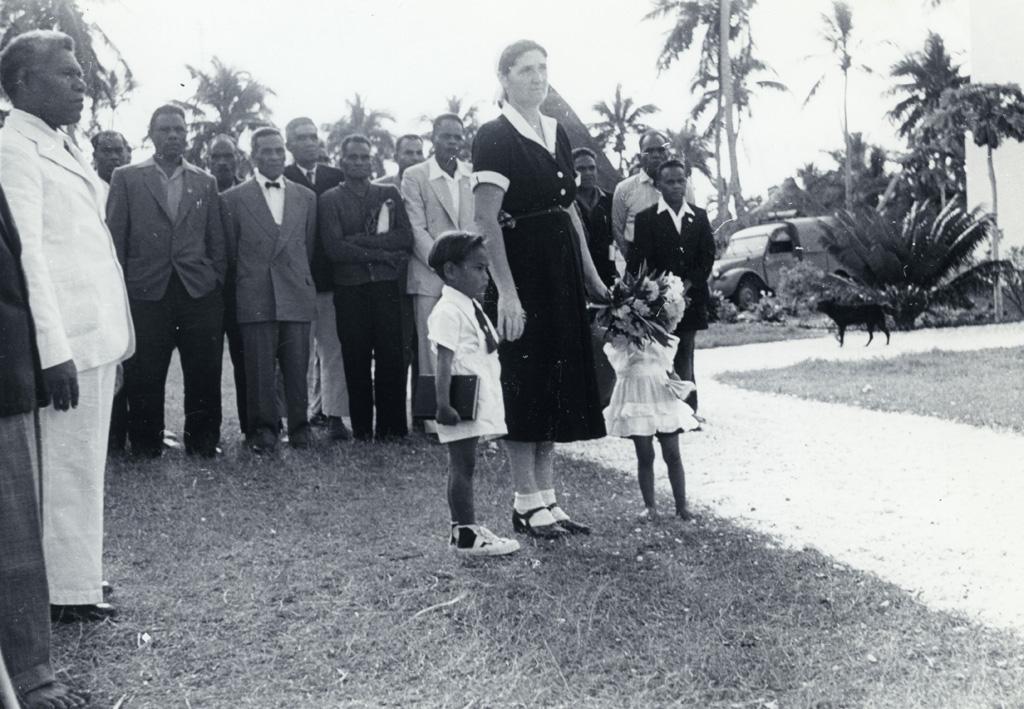 Accueil de Mr Bonzon à Ouvéa : le pasteur Peteru Ihily à gauche et Melle Giddey avec deux enfants / non identifié