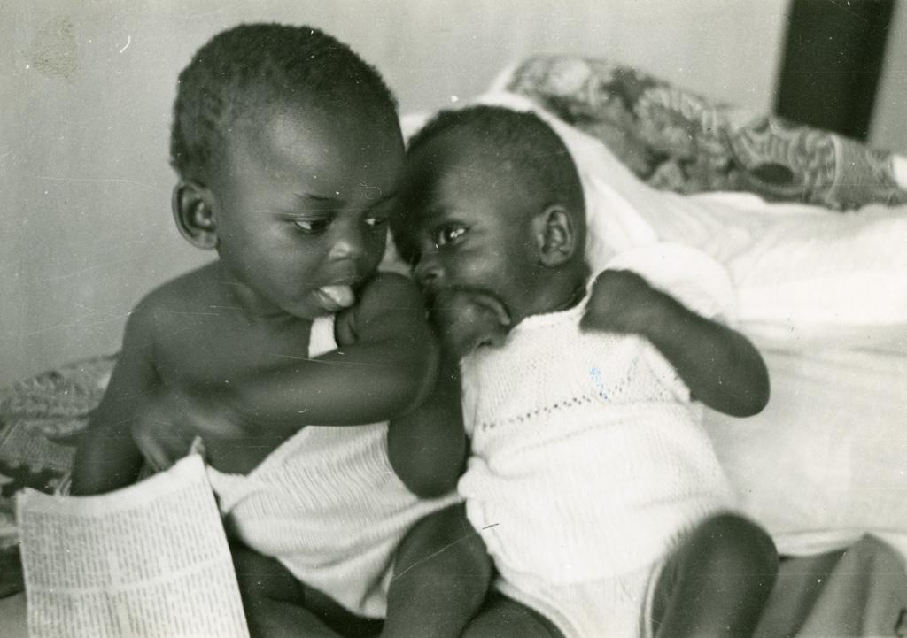Ada et Emmanuel, orphelins élevés à Ebeigne