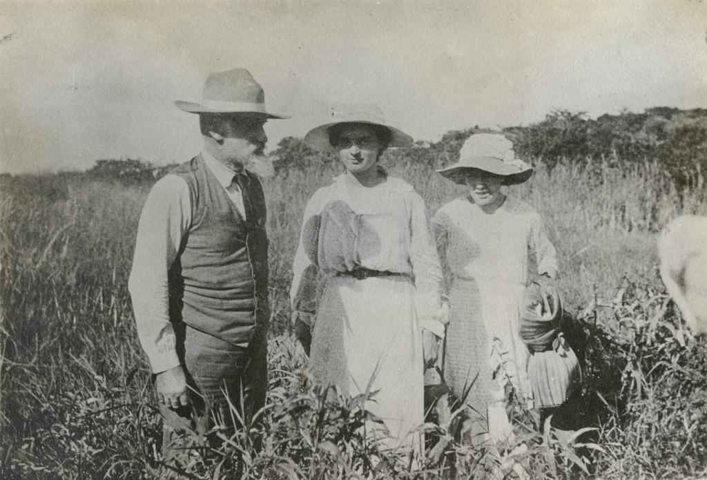 Adolphe [Jalla], Melle Briod et Elisabeth se promenant / non identifié (1919)
