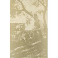 Adolphe [Jalla] achetant du bois