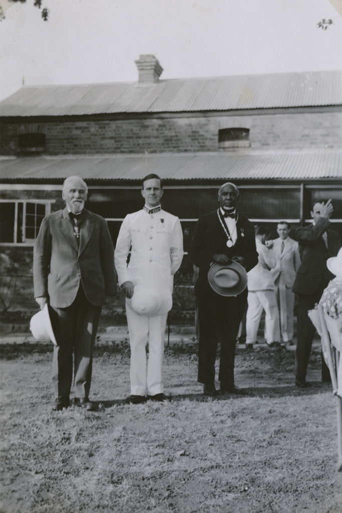 Adolphe Jalla recevant le grade de Commandeur de l'ordre de l'Empire britannique (CBE)