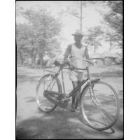 [Africain avec un vélo]
