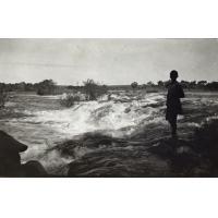 Africain se tenant au bord des rapides