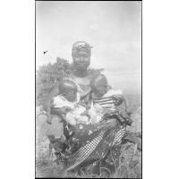 [Africaine avec deux enfants sur les genoux]