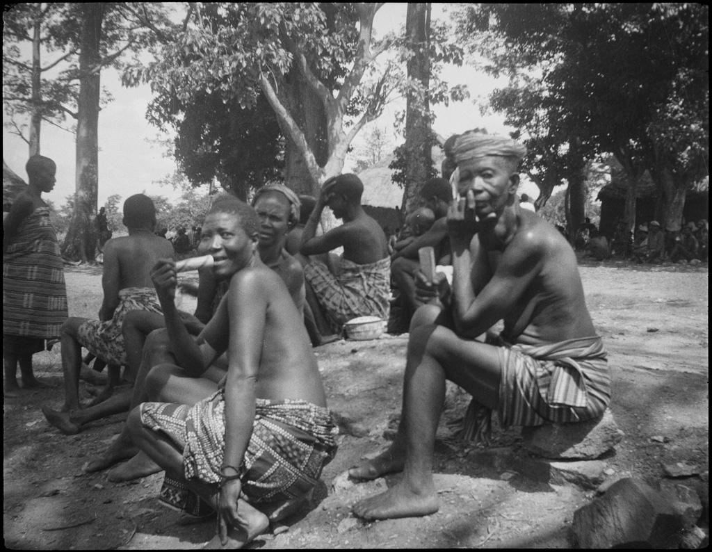 [Africaines dans un village]