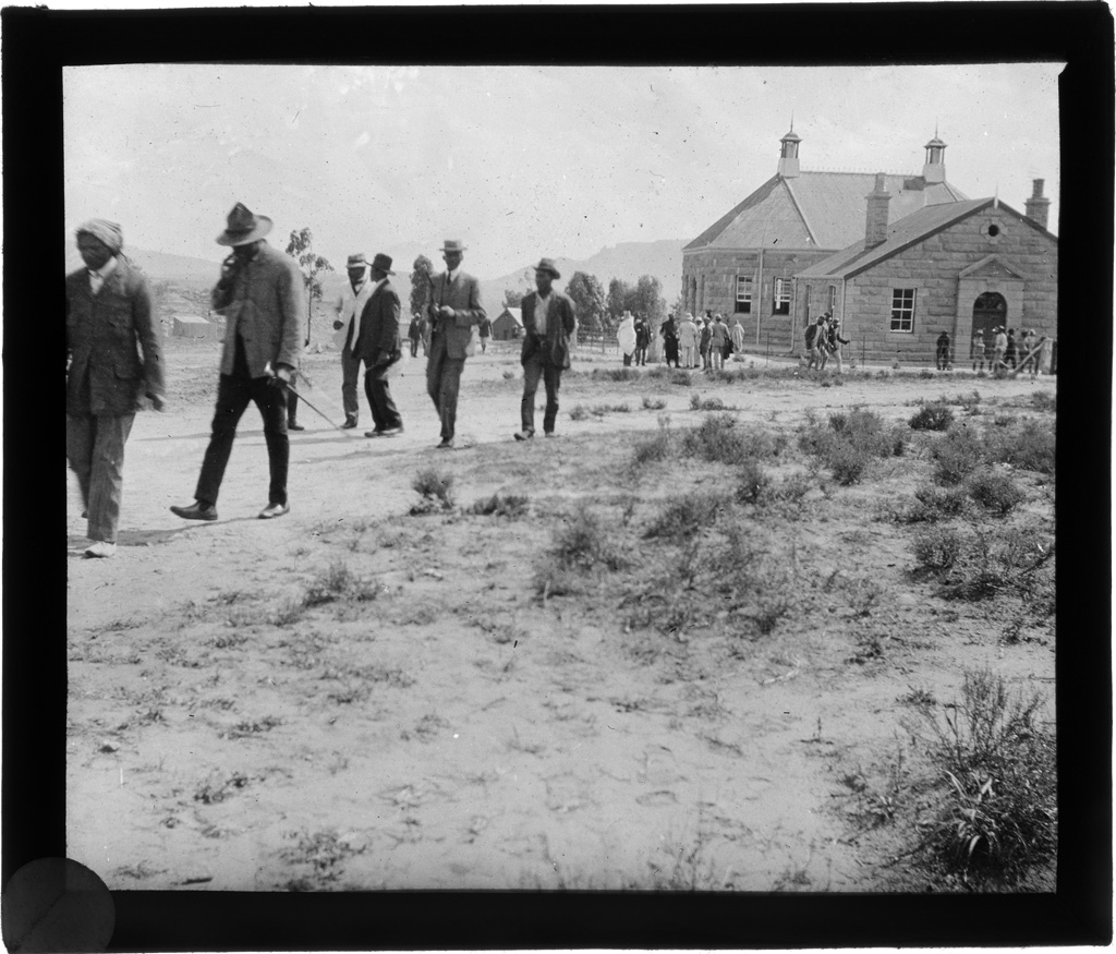 [Africains à la sortie du culte] / Jacques Delpech (1914)