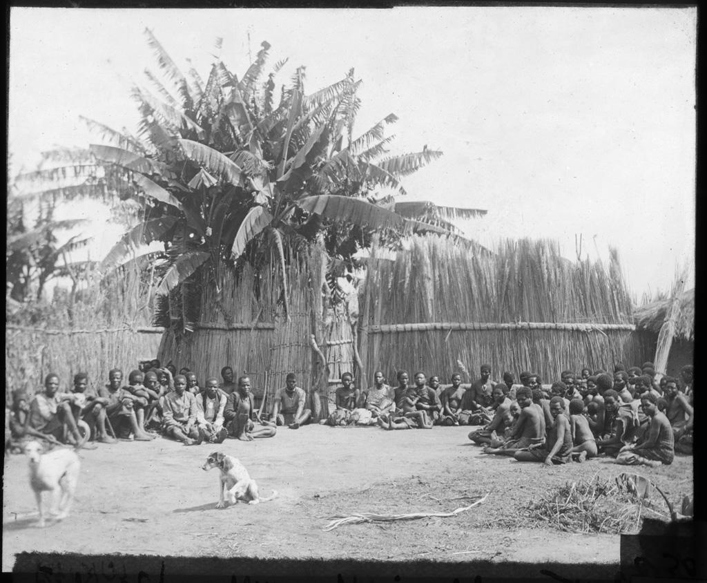 Africains assistant à un culte à Lukanda, annexe de Senanga / non identifié