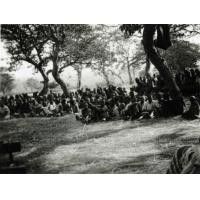 Africains assistant à un culte en plein air