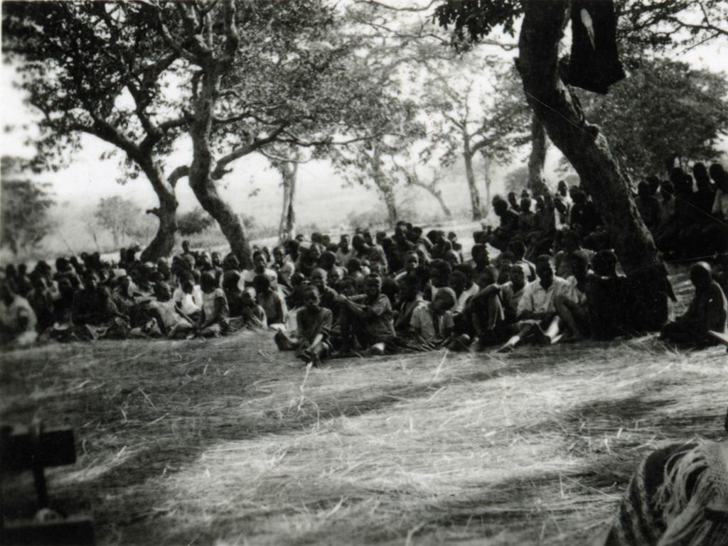 Africains assistant à un culte en plein air / non identifié ([s.d.])