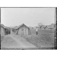 [Africains dans un village]