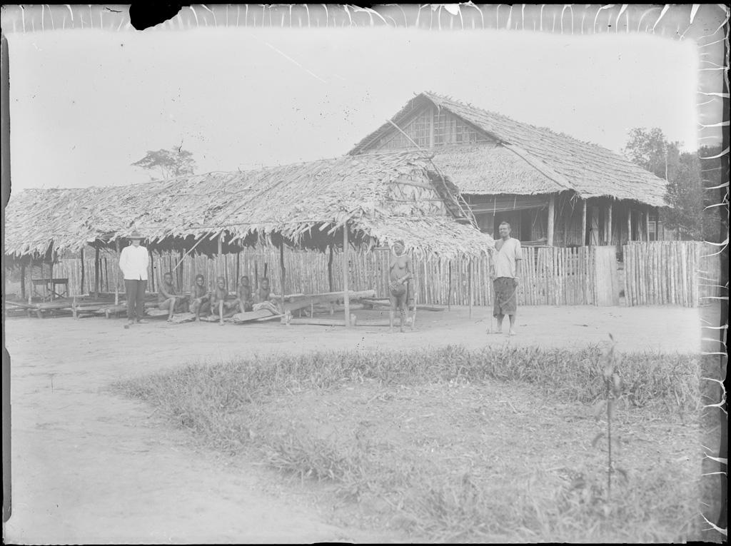 [Africains et missionnaire devant des bâtiments] / non identifié