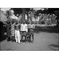 [Africains posant devant un arbre]