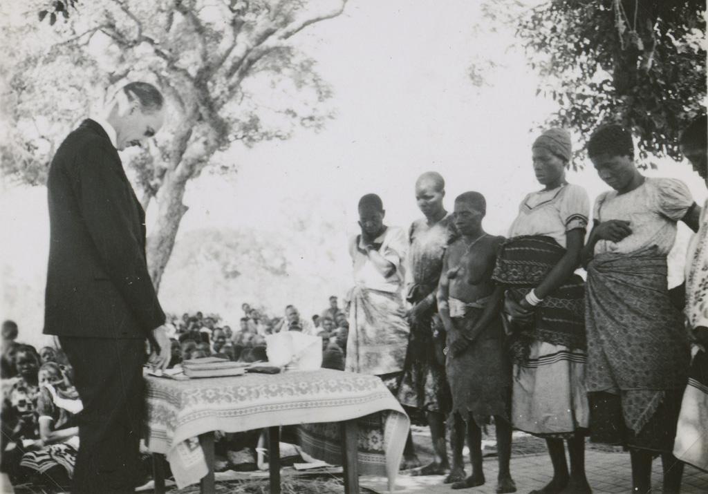 Africains recevant le baptême / non identifié