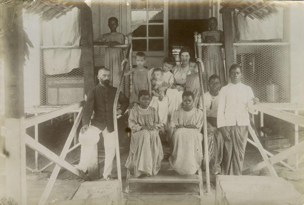Amitié franco-africaine, Henri et André Pelot et deux amis noirs / non identifié (1910)