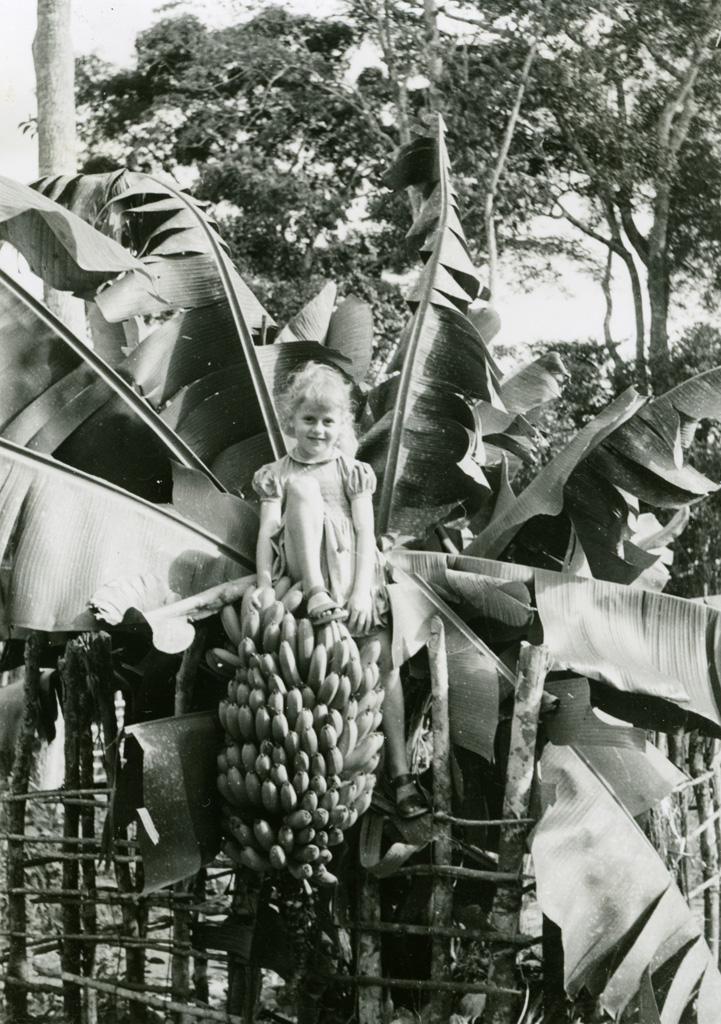 Annie Gambier et un régime de bananes