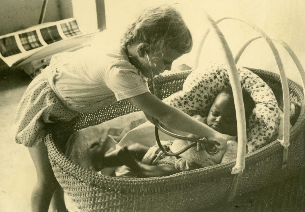 Annie Gambier faisant le petit médecin et Ada
