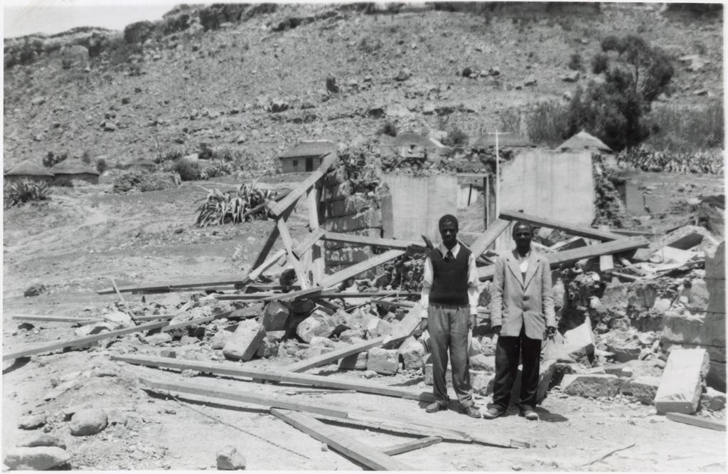 Après le passage du cyclone à Thaba-Bosiu : les deux instituteurs devant les ruines de leur école