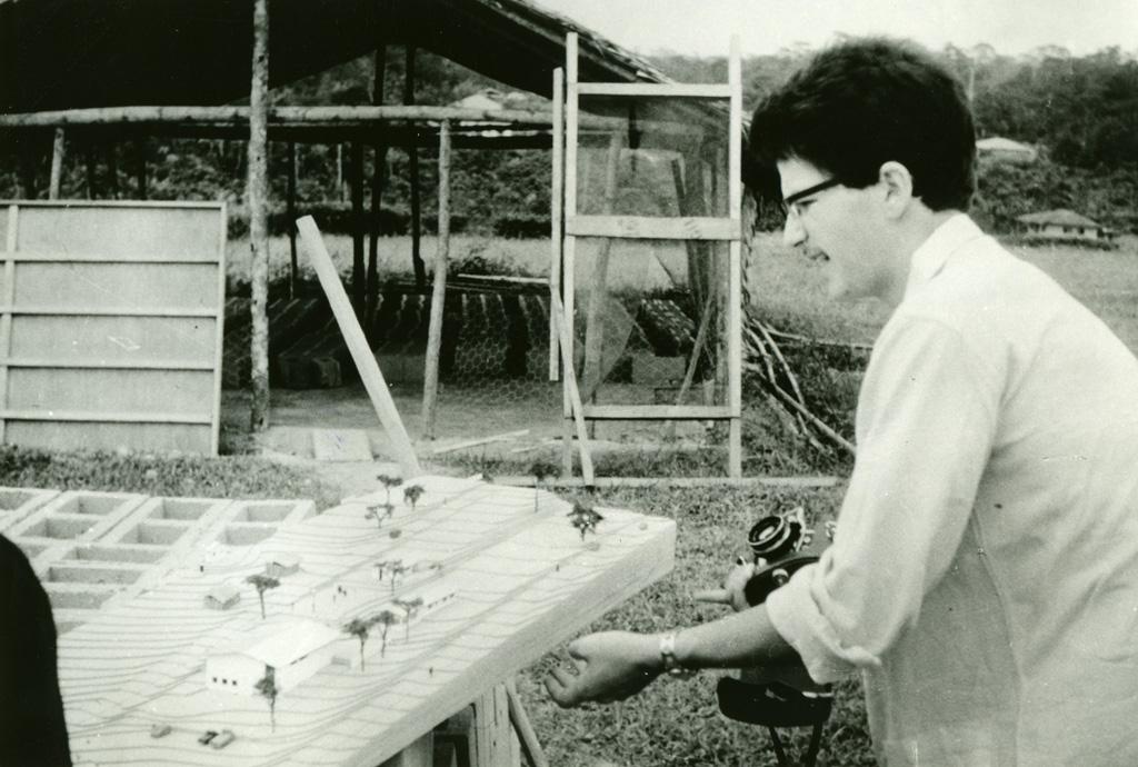 Architecte Vuillomenet et la maquette du futur centre communautaire, en construction / André Piguet (1968)