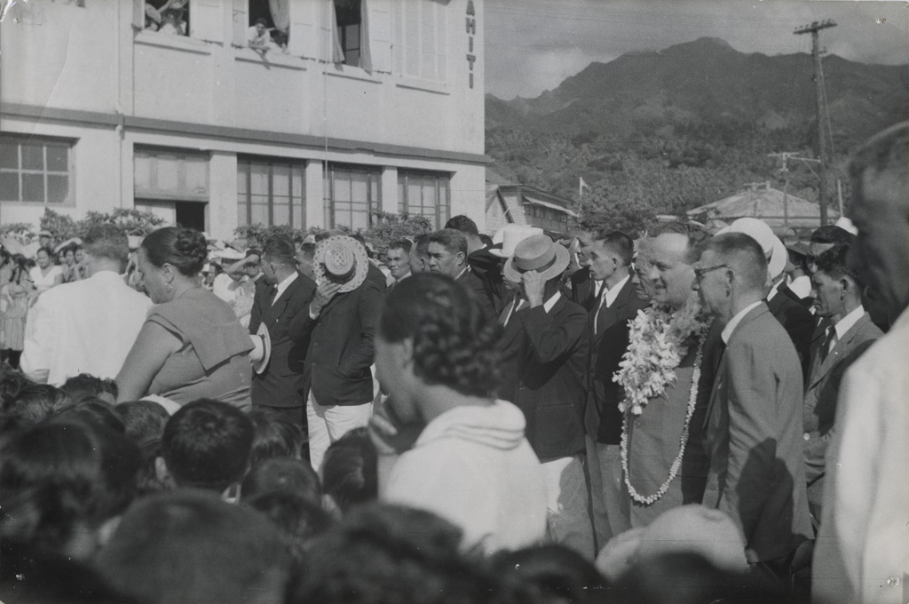 Arrivée à Papeete le 29 juin 1956. Monsieur Bonzon accueilli par le chant des élèves