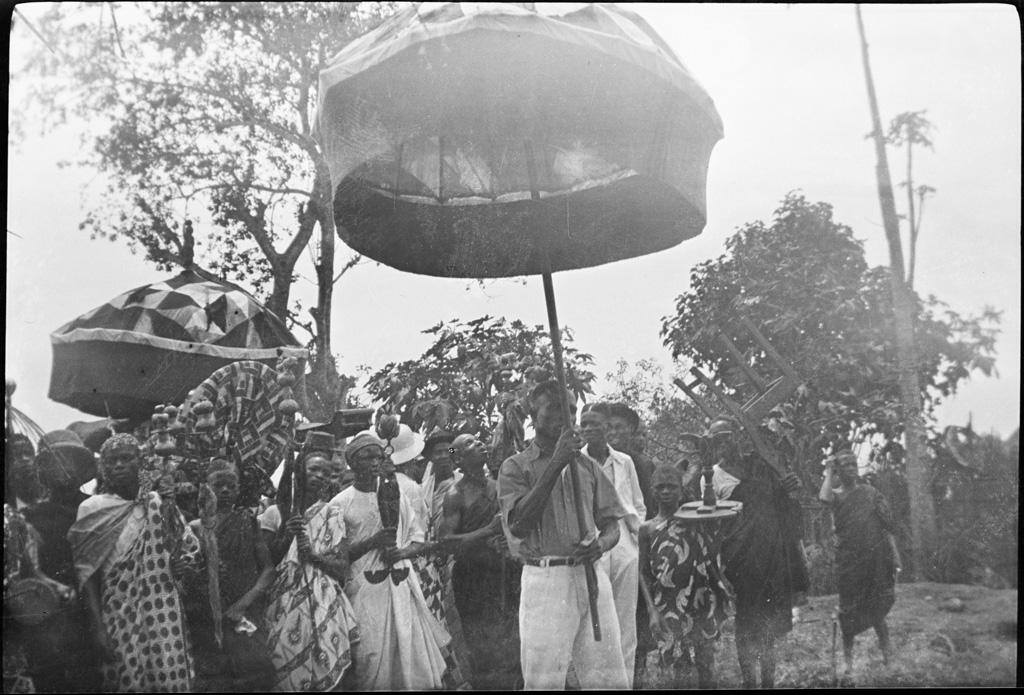 [Arrivée des chefs de villages (?)] / Rachel Dogimont (1931/1938)