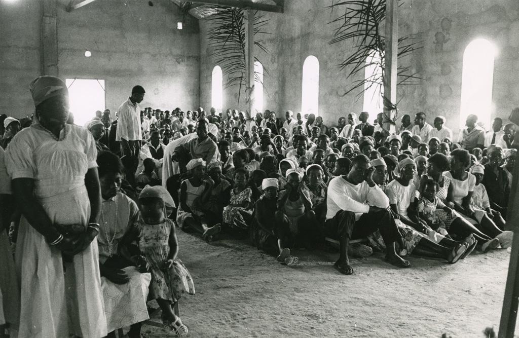 Assemblée dans l'église