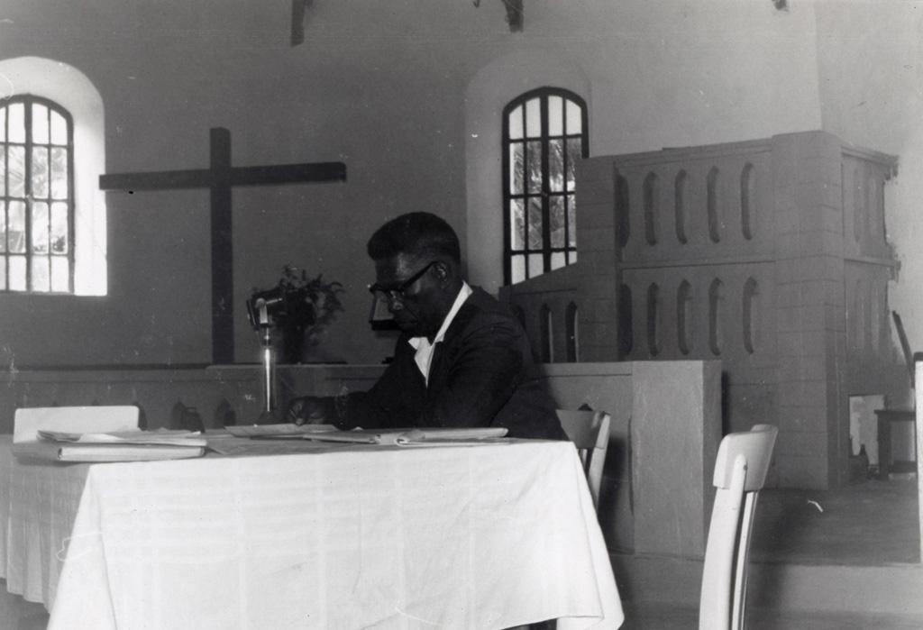 Assemblée des Eglises du Pacifique à Chepenehe, 1966 : Léonard Alafurai, évêque anglican des Iles Salomon, Président de l'Assemblée de Lifou, dans le temple de Chépénéhé