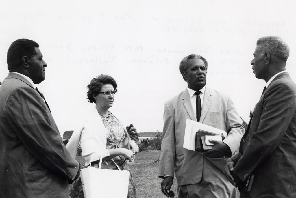 Assemblée des Eglises du Pacifique à Chepenehe, 1966 : Rev. Miko Baleivevata, Miss Allison Down (secrétariat de l'Assemblée), Rev. Setareki Tuilovoni, un délégué des Iles Samoa