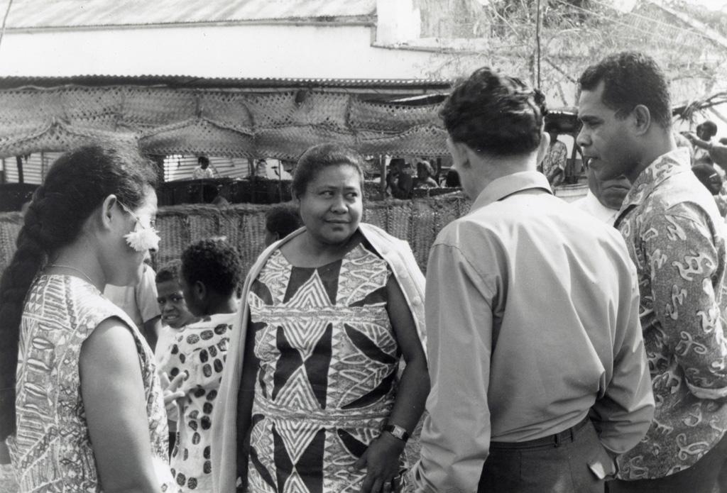 Assemblée des Eglises du Pacifique à Chepenehe, 1966 : des délégués parlant ensemble