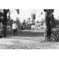 Assemblée des Eglises du Pacifique à Chepenehe, 1966 : devant la maison du pasteur, les paroissiens accueillent les délégués
