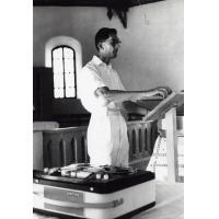 Assemblée des Eglises du Pacifique à Chepenehe, 1966 : le pasteur Bernard Thorogood, missionnaire congrégationaliste aux Iles Gilbert, introduit l'étude biblique