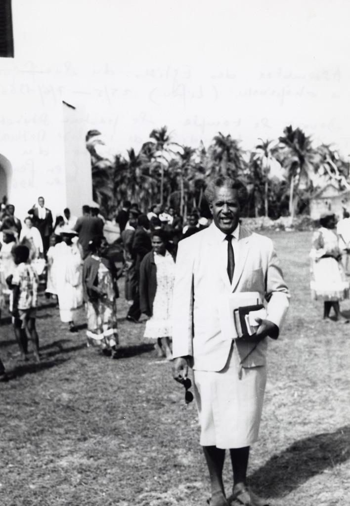 Assemblée des Eglises du Pacifique à Chepenehe, 1966 : le pasteur Setareki Tuilovoni des Fidji devant le temple de Chépénéhé