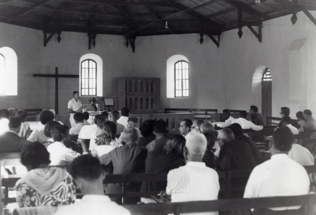 Assemblée réunie dans un temple pendant l'exposé du pasteur Horwell