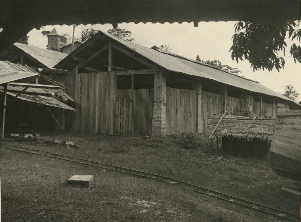 Atelier fermé de la scierie de la SAIO, le fleuve est dans le dos du photographe
