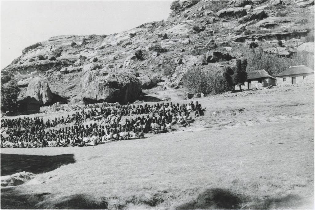 Au Lessouto, Leribe, un groupe d'élèves accueille un visiteur