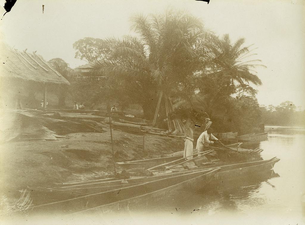 Au débarcadère de Lambaréné, l'arrivée des pailles pour couvrir le magasin de vivres