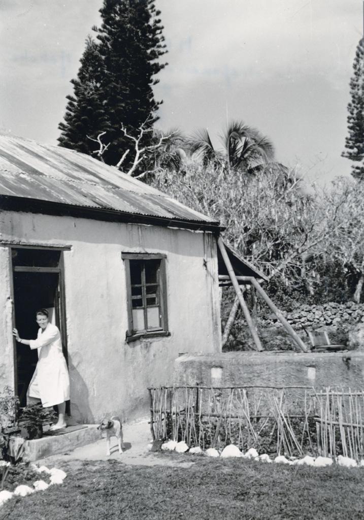Au dispensaire de Netche, l'infirmière missionnaire Melle Bieli