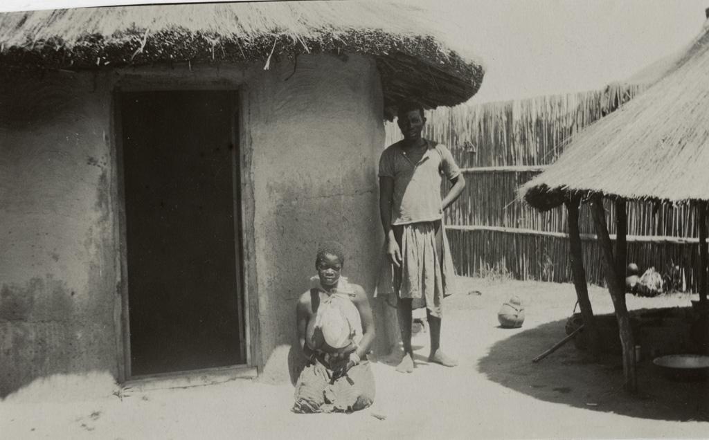Au dispensaire de Seshéké, patients devant une hutte d'hospitalisation