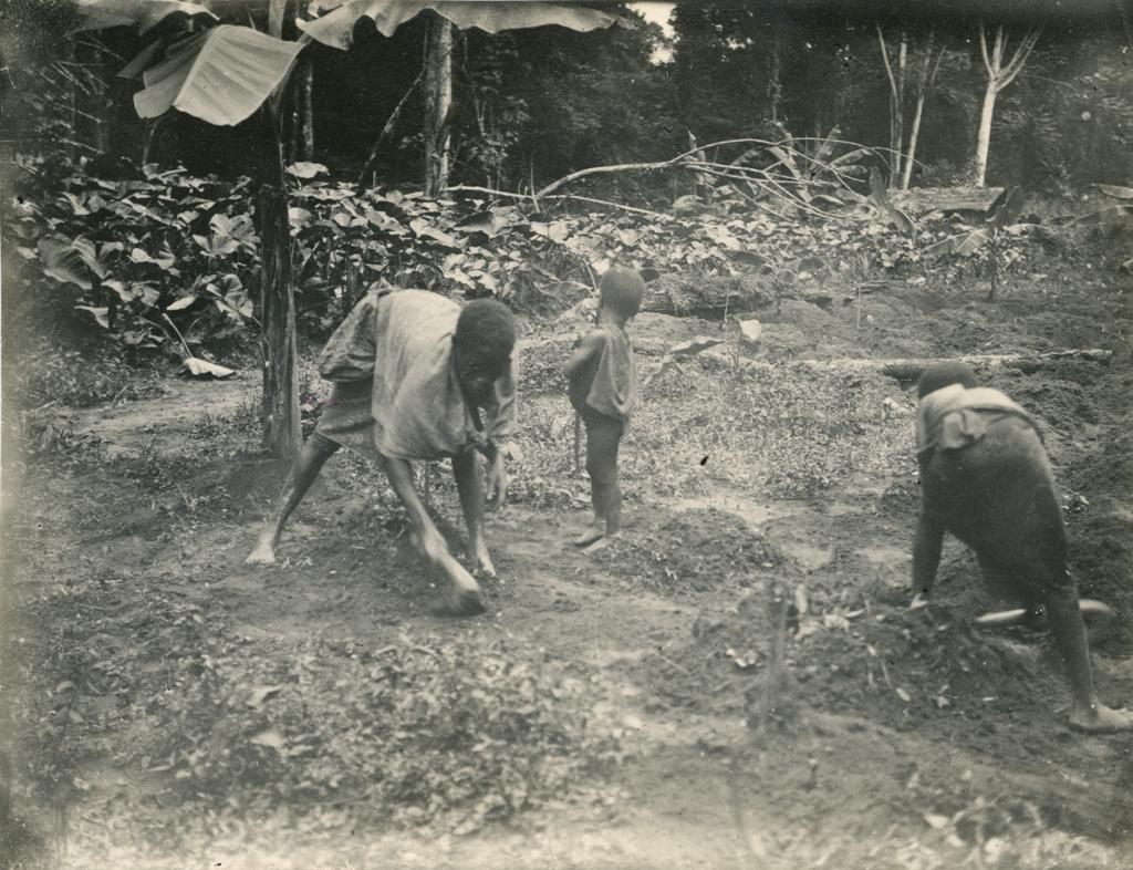 Au jardin 'mundo' avec ses deux enfants, à Yabassi / non identifié (1923-11)