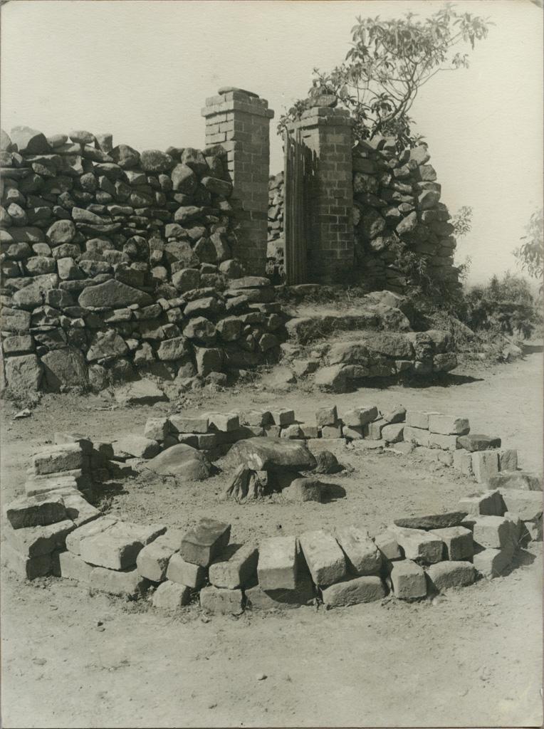 Autel au coin nord-est du tombeau d'un chef Vazimba / non identifié (1920/1950)