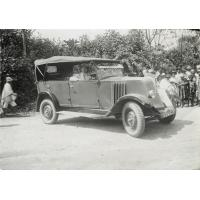 Automobile d'Ambatomanga, le missionnaire Raymond Delord enchanté